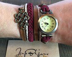 Montre femme bohème, cuir tan, beige, suède rouge vin, à enrouler, breloque bronze. Ajustable avec chainette. Etsy, Watches, Fashion, Unique Jewelry, Objects, Wristwatches, Wine, Red, Moda