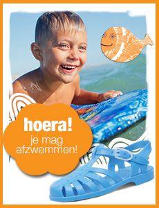 Waterschoenen van het merk Sarraizienne verkrijgbaar in verschillende kleuren (roze, blauw, groen, doorzichtig, etc.) met harde zool en gespsluiting. Deze waterschoenen worden veel gebruikt tijdens de zwemlessen met afzwemmen (diploma zwemmen), maar zijn ook super geschikt voor op de (kiezel) stranden, in de zee, het meer of in rivieren. Kortom een goede stevige bescherming voor kindervoeten.  Verkrijgbaar in de maten 20 t/m 35. (ook verkrijgbaar in volwassen maten tot en met maat 48!).