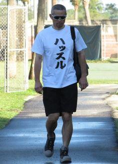 面白Tシャツを着て施設に入るイチロー(撮影・小林信行) / イチロー、9日ぶり全体練習復帰 「ハッスル」Tシャツで球場入り デイリースポーツ #イチロー #野球 #Tシャツ Ichiro Suzuki, Buy T Shirts Online, Japanese Quotes, Jukebox, Athlete, Shirt Designs, Humor, Guys, Funny