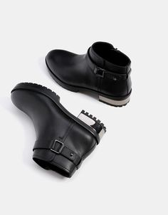 https://www.bershka.com/ro/femeie/pantofi/cizme-și-ghete/ghete-biker-cu-toc-metalizat-c1010193193p101096452.html?colorId=040