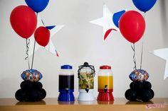 Arranjo de mesa com cruster com balão metalizado e 2 balões de 11 polegadas em látex.  Projeto, decoração, assessoria e recreação O Chá das 5 Fotos Luana Luizetto | Fotografia Bolo e doces Delicada Receita Balões Balão Cultura Brindes Vim de Camiseta