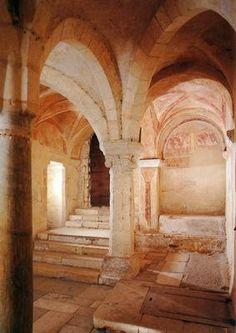 Cripta de la iglesia de Saint German. Auxerre (Francia), siglo IX. Sus dimensiones la hacen parecer una iglesia subterránea.