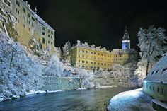 this krumau  dusted in snow, looking like a fairy tale, this old town is gorgeous...this is krumlov castle.. i guess in english its the town of krumlov too
