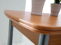 Encimera laminado de 19mm de alto gramaje que le da gran resistencia al rayado. Tapa de la mesa con cantos de lacados y barnizados muy resistentes a los golpes. Armazón de la mesa con tablero laminado a dos caras de alta densidad que hace que sea resistente y estable. Apertura por los laterales con dos extensibles del mismo color.