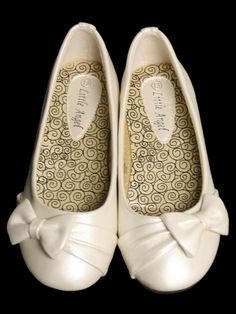 Ivory Childrens Flat Shoes w/ Bow Style: Ivory flats Side bow accent Insole cushion Flower Girl Shoes, Little Girl Shoes, Baby Girl Shoes, Kid Shoes, Flat Shoes, Shoe Boots, Flower Girls, Bridesmaid Shoes Flat, Bridesmaids