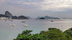 A vista de Copacabana com Leme e o Pão de Açúcar e os morros de Niterói ao fundo... Rio de Janeiro, Brasil.