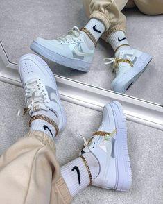 La Air Force 1 Low Pixel Grey Gold Chain est disponible sur wethenew.com ➖ 📸 @palinaroza Air Force 1, Nike Air Force High, Nike Air Force Ones, Tenis Champion, Sneakers Fashion, Sneakers Nike, Swag Shoes, Jordan Shoes Girls, Nike Gold