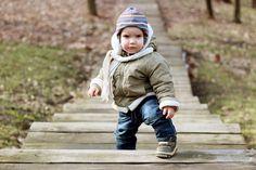 As crianças estão em contante desenvolvimento, a cada minuto que passa elas evoluem e existem algum movimentos que demontram isso claramente.    Veja abaixo, 6 movimentos que mostram esse desenvolvimento e o por quê:        1. Agachar    Parece algo bobo, mas se seu bebê está andando, para agacha, pega algo
