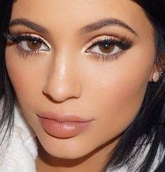 Kylie Jenner gold eyes Smooth lips