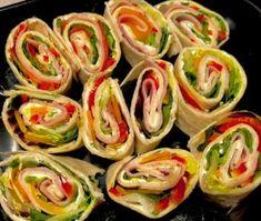 Rollsy z tortilli Wspaniale smakują, są proste i szybkie w przygotowania, a do tego świetnie prezentują się na talerzu. Idealna przekąska na przyjęcie, piknik albo na wynos do pracy lub szkoły. Placki tortilli można zrobić samemu, jest to bardzo łatwe, a przede wszystkim dużo tańsze niż gotowe, kupne tortille.  Składniki: placki tortilli ( można …