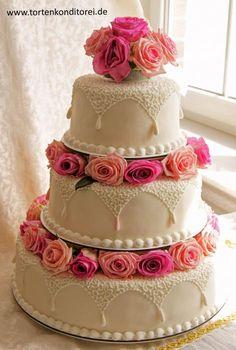 Hochzeitstorte 36, rundum dekoriert mit frischen Rosen. Mögliche Tortengrößen im Durchmesser von ca.: 28, 22 und 16 cm, je nach Schnittgröße ca. 50 Tortenstücke oder 38, 26 und 18 cm, je nach Schnittgröße ca. 80 Tortenstücke. Diese Tortendekoration besteht aus frischen Blumen. Damit die Blumen frisch bleiben und frisch aussehen, sollte die Torte mit den frischen Blumen erst vor Ort dekoriert werden. Hier bieten wir die Möglichkeit der Blumenverzierung zwischen den Torten Etagen in…