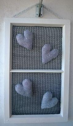Neulotut sydämet ja vanha ikkuna. Verkko virkattu.