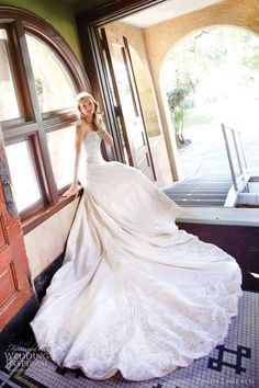 I LOVE LOVE LOVE This Dress!!! I Want a LONG train like this <3