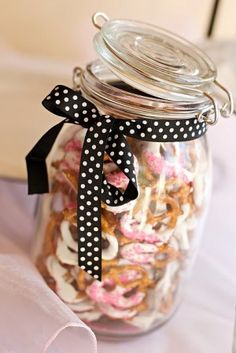 Or turtles/caramels in a jar (homemade) Jar Gifts, Food Gifts, Buffet, Thin Mints, Cute Desserts, Sweets Cake, Company Picnic, Minnie Mouse Party, Health Desserts