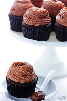 This Nutella Cupcake recipe features a delicious (and simple!) Nutella-filled chocolate cupcakes, topped with a heavenly Nutella frosting recipe. Nutella Cupcakes, Cup Cake Nutella, Yummy Cupcakes, Nutella Frosting, Chocolate Cupcakes, Nutella Chocolate, Chocolate Hazelnut, Frosting Recipes, Cupcake Recipes