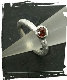 Silberring mit Granat, geeist, Fasskante poliert. .....Mo