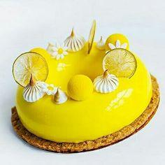 Lemon mousse with lemon chips and meringue