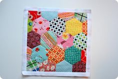 Hexagons Tutorial There are many ways to make your hexagons, but the purpose of this tutorial is to learn the English Paper Piecing method.