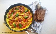 Parma æggekage med frisk basilikum og søde tomater