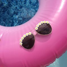 👙Relax this summer in our LOS ANGELES DAISY aviators! Link in bio to shop👍 #obsessedshades #sunglasses #etsy #shopsmall #aviators #daisy #summer