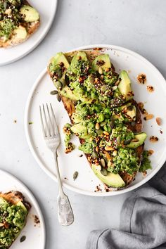 Smashed Peas and Avocado on Toast - Fitness-Food & Recipes (gesund & vegan) - Healthy Breakfast Recipes, Healthy Snacks, Vegetarian Recipes, Healthy Eating, Healthy Recipes, Avocado Toast, Smashed Avocado, Avocado Dessert, Avocado