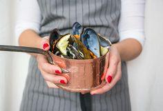 Como te explican desde el blog TU CAJÓN VINTAGE, vas a emplear más tiempo en limpiar los mejillones que en cocinarlos con ayuda del microondas.