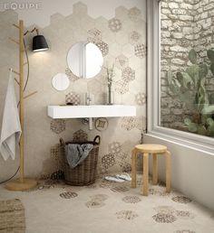Creative Bathroom Design with Geometric Decorated Tiles Bad Inspiration, Bathroom Inspiration, Bathroom Wall, Bathroom Interior, Bathroom Trends, Bathroom Ideas, Wall And Floor Tiles, Wall Tiles, Modern Room