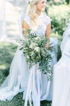 Brautstrauß in Grün und Weiß|| Foto von LindaPauline Wedding Photography | @hochzeitsplaza | #braut #brautstrauß #bouquet # #inspiration #ideen #hochzeit #blumen #strauß #bänder #ribbons #pastell