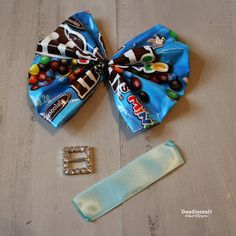 CANDY WRAPPER Hair Bows or Bowties! Upcycle those bags of candy into adorable ha. CANDY WRAPPER Hair Bows or Bowties! Upcycle those bags of candy into adorable hair or neck accessor How To Make Headbands, Making Hair Bows, Organizing Hair Accessories, Hair Accessories For Women, St Patricks Day Hair Bows, Homemade Bows, Candy Land Theme, Candy Jewelry, Candy Wrappers