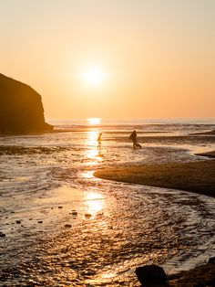 I love how dog friendly the seaside village of Mawgan Porth (Newquay) is! Cornwall England, England Uk, Cornish Beaches, Newquay Cornwall, Uk Beaches, Seaside Village, Best Sunset, I Love The Beach, Summer Bucket