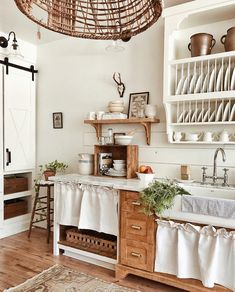 Fresh and Fabulous Farmhouse DIYS And Ideas - The Cottage Market - - Fresh and Fabulous Farmhouse DIYS And Ideas to inspire you to create! Fun and Budget Friendly Farmhouse projects and ideas will get your wheels turning! Decor, Home Decor Kitchen, Beautiful Kitchens, Kitchen Design Small, Farmhouse Tabletop, Kitchen Decor, Farmhouse Style Kitchen, Kitchen Design, Farmhouse Bathroom Decor