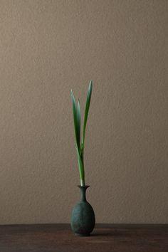 2012年1月12日(木)      莟が苞に包まれた水仙を「へら水仙」と呼びます。春を秘めた姿。  花=水仙(スイセン)  器=青銅王子形水瓶(六朝時代)