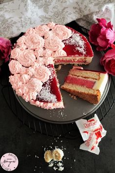 Heute gibt es für Euch den ultimativen Sommerkuchen. Eine Mischung aus Kokosnuss, Himbeeren und weißer Schokolade. Mehr Sommerfeeling geht nicht, oder? Hier ist also mein Kokos-Himbeer-Traum