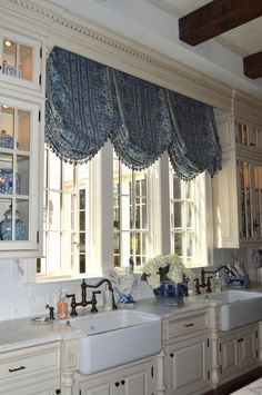 Best Ideas For Kitchen Window Dressing French Country Dining Rooms, French Country Dining, Country Dining Rooms, French Country Kitchens, Valance Window Treatments, Kitchen Window Treatments, Custom Window Treatments, Country Window Treatments, Window Coverings, Window Curtains