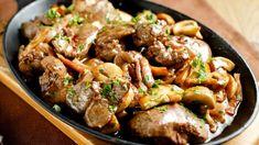 Mi nem nagyon rajongtunk a csirkemájas ételekért, de mióta kipróbáltuk ezt a receptet, nagyon megszerettük! 500 g csirkemáj, 350 g gomba, 400 g bacon, nem is gondolnád mi lesz belőle! – mindenegybenblog.com