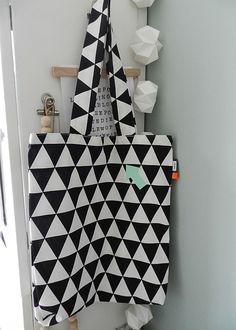 Stoffen Boodschappentas Grafisch Patroon Zwart Wit met Mintgroene Pijl.#stoffentas #Boodschappentas #Shopper #toteBag