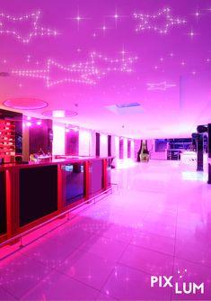 Wer Spaß an einer außergewöhnlichen Lichtinstallation hat, kann mit dem PIXLUM LED Sternenhimmel die optimale Atmosphäre zum Abtanzen herbeizaubern. Die Montage des Lichtsystem ist kinderleicht und kann per Do-it-yourself erfolgen! Wie das funktioniert, seht ihr hier!
