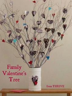 Family Valentine Tree // love this. could do snowflakes for xmas party? My Funny Valentine, Valentines Day Photos, Valentine Day Crafts, Holiday Crafts, Holiday Fun, Valentine Ideas, Printable Valentine, Homemade Valentines, Diy Valentine's Heart Wreath
