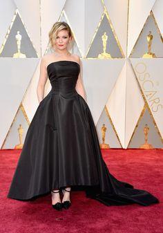 Kirsten Dunst com vestido preto de tafetá, by Dior Couture. Oscar 2017 #redcarpet