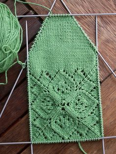 Interesting set-up for socks. You do the top of the foot first, then a short row toe, and finally you work the bottom of the sock in stockinette picking up stitches along the edges. Hoffnungangestrickt by steffilinden, via Flickr.