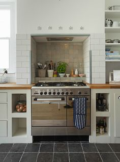 Country style kitchen with range cooker in chimney recess Keltainen talo rannalla Range Cooker Kitchen, Kitchen Stove, Kitchen Living, New Kitchen, Kitchen Layout U Shaped, Kitchen Interior, Kitchen Decor, Kitchen Ideas, Kitchen Chimney