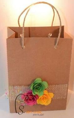 Gift Wrapping Inspiration : Colored flowers in a bag Diy Paper Bag, Paper Gift Bags, Paper Gifts, Homemade Gift Bags, Diy Gift Box, Creative Gift Wrapping, Creative Gifts, Paper Bag Decoration, Craft Gifts