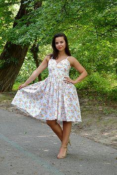 VivienMihalish / Nežné šaty plné drobných kvietkov