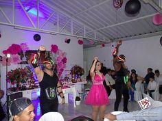 As doces meninas em vestidos bufantes, que rodopiavam pelo salão ao  som de valsas, já não são mais as mesmas. A festa de 15 anos con...