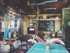 Cafe Interior Vintage, Vintage Cafe, Retro Vintage, Vintage Coffee Shops, American Interior, Dutch East Indies, Old Room, Outdoor Cafe, Art Store