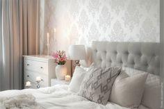 A parede da cabeceira da cama pode ficar moderna e estilosa utilizando um papel de parede.  Mas você conhece quais são os tipos de papel de parede e onde aplicar? Eu explico tudo no link