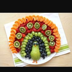 Make this easy DIY Fruit Food Art Peacock for your child's next playdate or clas. - Make this easy DIY Fruit Food Art Peacock for your child's next playdate or class party - Thanksgiving Recipes, Holiday Recipes, Fruit Recipes, Cooking Recipes, Good Food, Yummy Food, Veggie Tray, Vegetable Trays, Snacks Für Party
