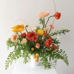 Fast Flower Video: Negative Space Arrangement with Poppies, Maidenhair Fern, and More! from Team Flower Spring Flower Arrangements, Flower Arrangement Designs, Flower Centerpieces, Flower Designs, Floral Arrangements, Fast Flowers, Silk Flowers, Colorful Flowers, Bouquets