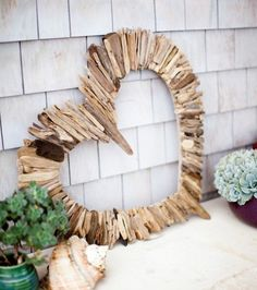 Basteln mit Treibholz: DIY Deko mit Erinnerungen an den Strandurlaub Are you looking for driftwood ideas? Take a look at the 65 great pictures we have collected and be inspired! Driftwood For Sale, Driftwood Wreath, Driftwood Wall Art, Driftwood Projects, Driftwood Ideas, Driftwood Macrame, Aquarium Driftwood, Driftwood Christmas Tree, Driftwood Art