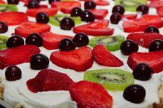 Morfars sommerkage bagt til hele nabolaget... - www.grillguru.dk Sweets Cake, Dessert Recipes, Desserts, No Bake Cake, Fruit Salad, Feta, Cravings, Food And Drink, Treats